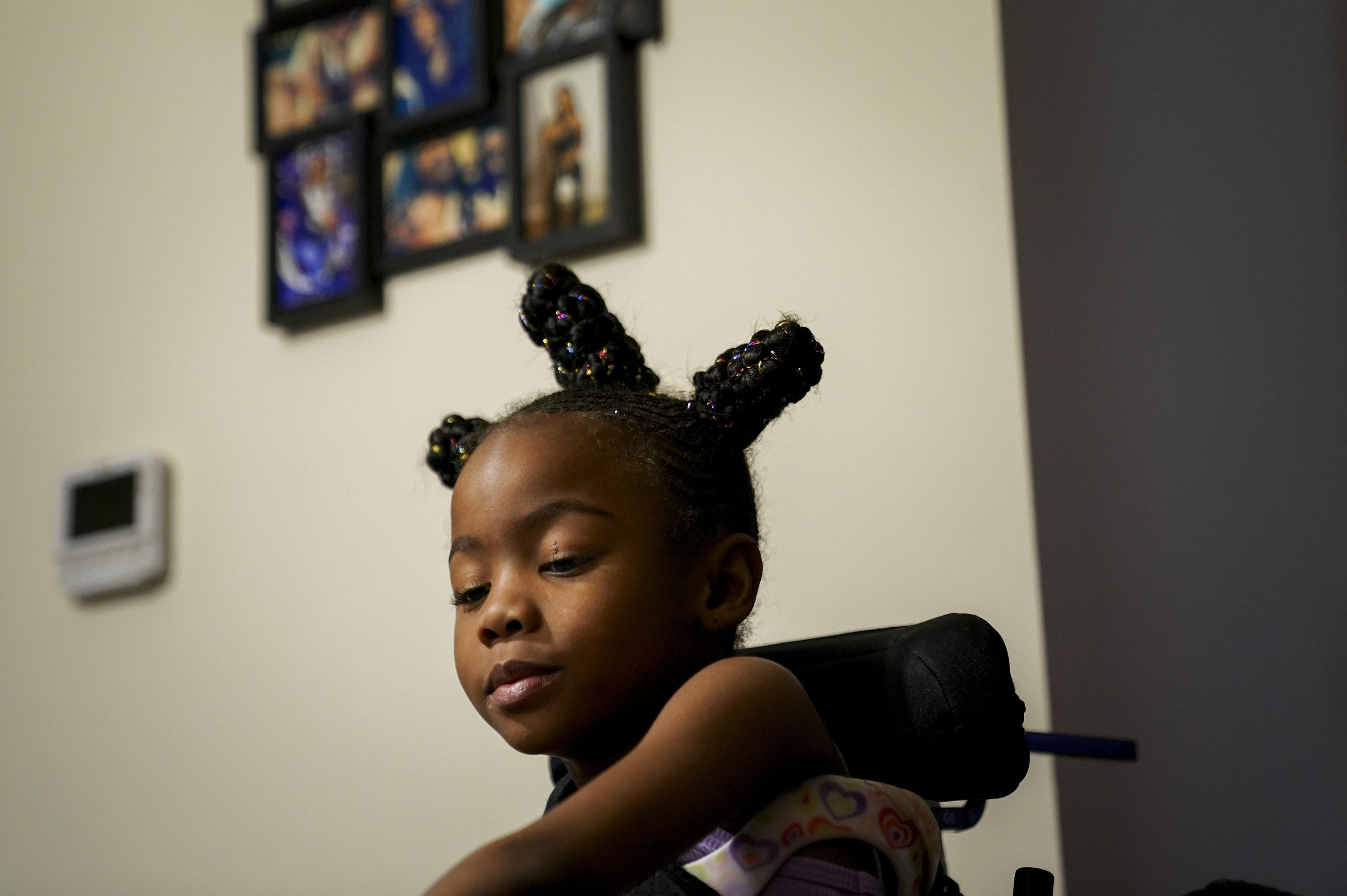 My'onna plays a game with her mother at their Washington apartment. MUST CREDIT: Washington Post photo by Jahi Chikwendiu