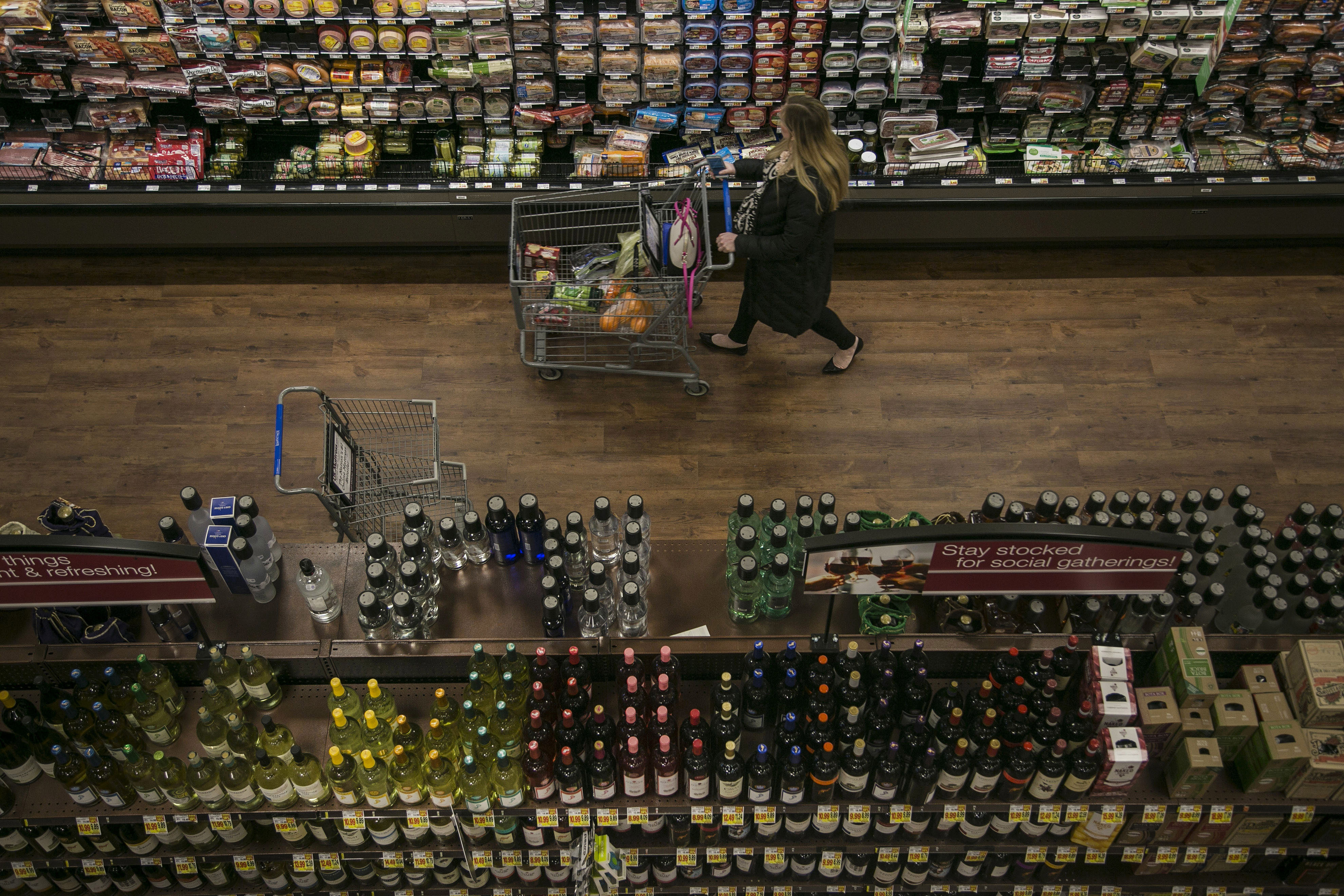 A woman shops at a Kroger grocery store in Birmingham, Michigan, on March 1, 2016. (MUST CREDIT: Bloomberg photo by Sean Proctor)